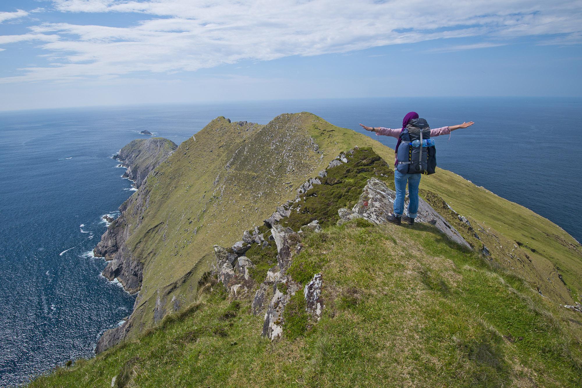 OlafSchubert_Irland_Connemara_Achill Island_Wanderin am Achill Head